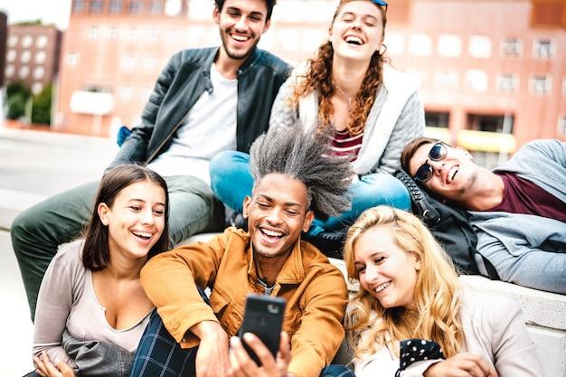 Pessoas milenares felizes se divertindo compartilhando fotos no celular após a reabertura do bloqueio