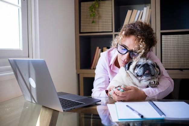 Pessoas modernas e cães adoram estilo de vida inteligente trabalhando em casa com computador, laptop e conexão à internet