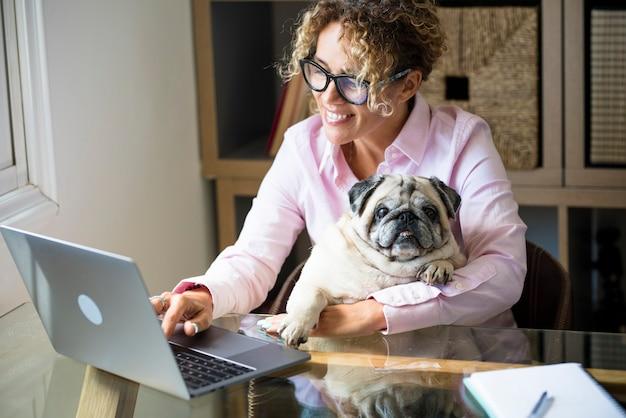 Pessoas modernas inteligentes trabalhando em casa com computador, laptop, conexão à internet e estilo de vida de amor cachorro