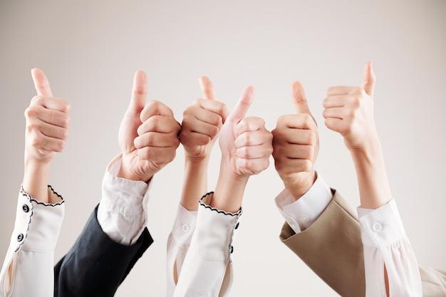 Pessoas mostrando o polegar para cima