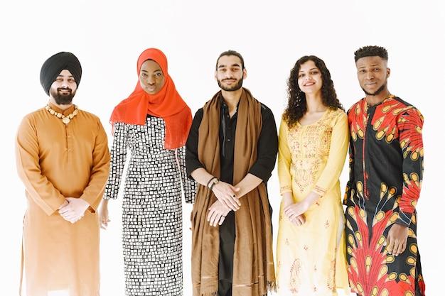 Pessoas multiétnicas em trajes tradicionais. diversidade e cultura. unidade e amizade.