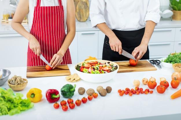 Pessoas na aula de culinária na cozinha moderna.