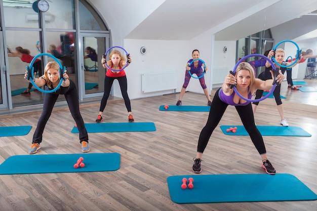Pessoas na aula de fitness no ginásio