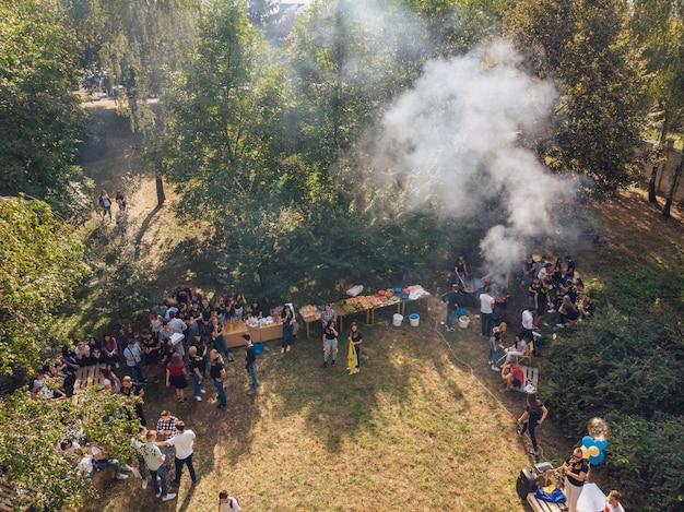 Pessoas na churrasqueira no gramado