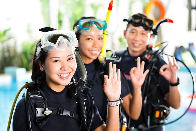 Pessoas na escola de mergulho, estudantes e mestrado
