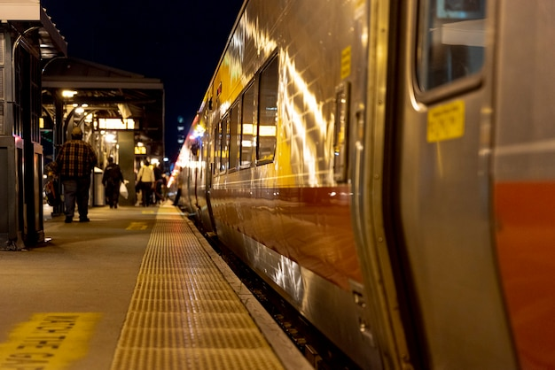 Pessoas na estação de trem à noite