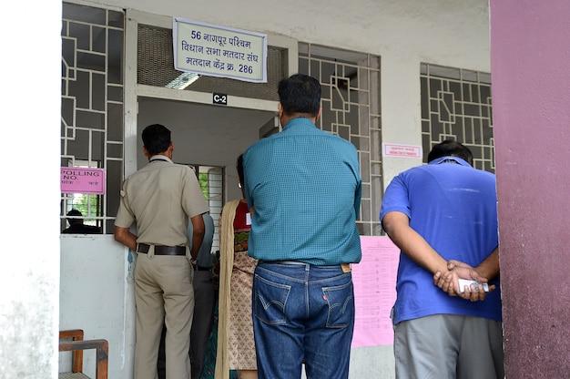 Pessoas na fila em frente a uma seção eleitoral durante a eleição