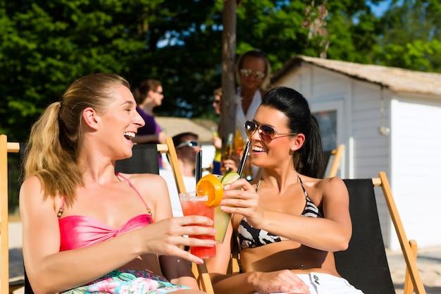 Pessoas na praia bebendo uma festa
