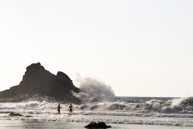 Pessoas na praia de benijo, na ilha de tenerife. espanha.