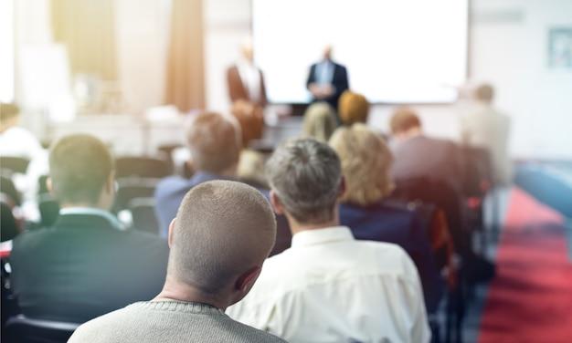 Pessoas na sala de conferências