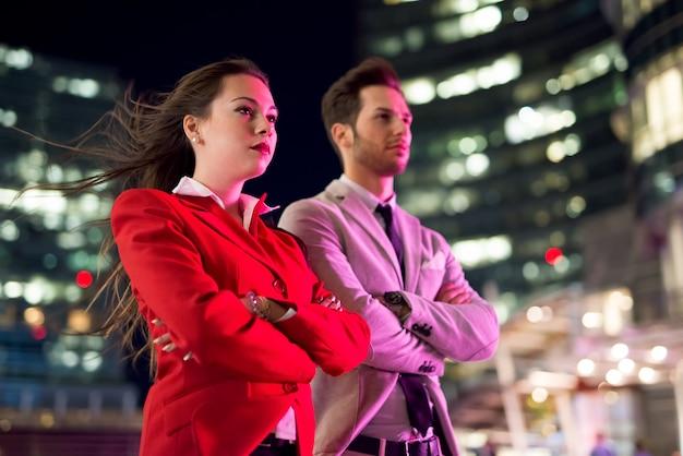 Pessoas negócio, à noite