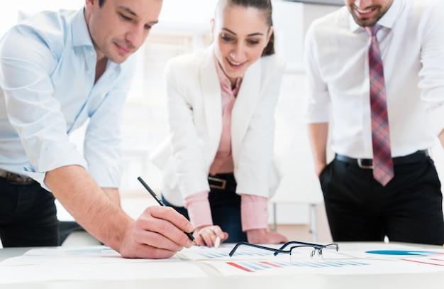 Pessoas negócio, analisar, dados, -, óculos, ligado, gráfico