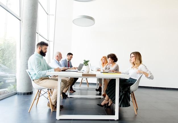 Pessoas negócio, ao redor, tabela, durante, reunião pessoal