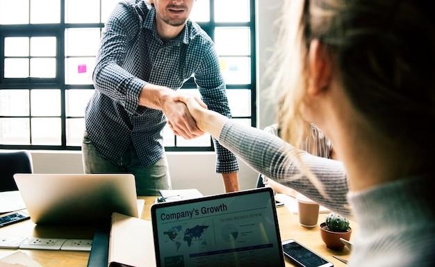 Pessoas negócio, apertar mão, em, acordo