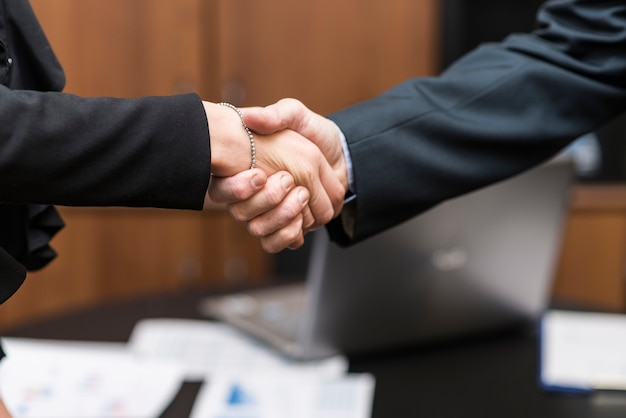 Pessoas negócio, apertar mão, em, um, escritório