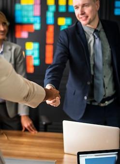 Pessoas negócio, apertar mão, em, um, sala reunião