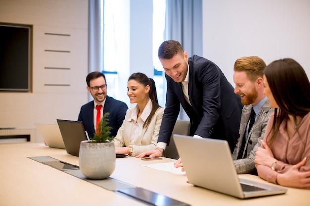 Pessoas negócio, brainstorming, em, escritório, durante, conferência