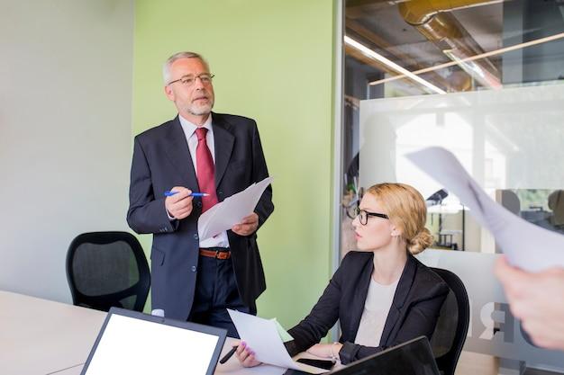 Pessoas negócio, brainstorming, em, escrivaninha escritório
