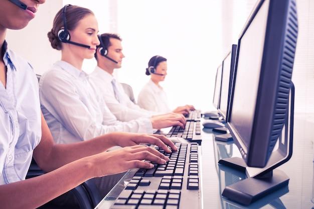 Pessoas negócio, com, headsets, usando, computadores