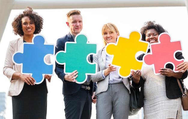 Pessoas negócio, conectado, por, quebra-cabeça, pedaços