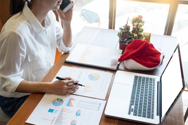 Pessoas negócio, desgastar, chapéu santa, celebrando, 2019, ano novo, natal apresenta, em, escritório