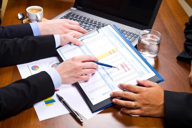 Pessoas negócio, discutir, a, tabelas, e, gráficos, mostrando, a, resultados, de, seu, sucedido, trabalho equipe