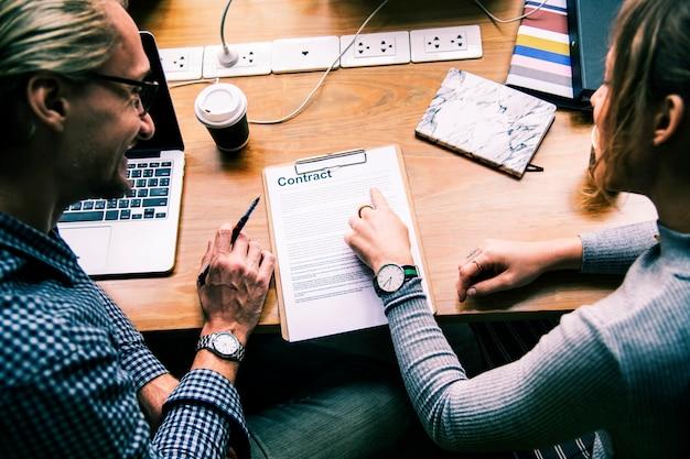Pessoas negócio, discutir, um, contrato