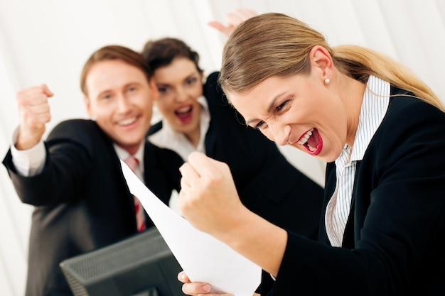 Pessoas negócio, em, escritório, tendo, grande sucesso