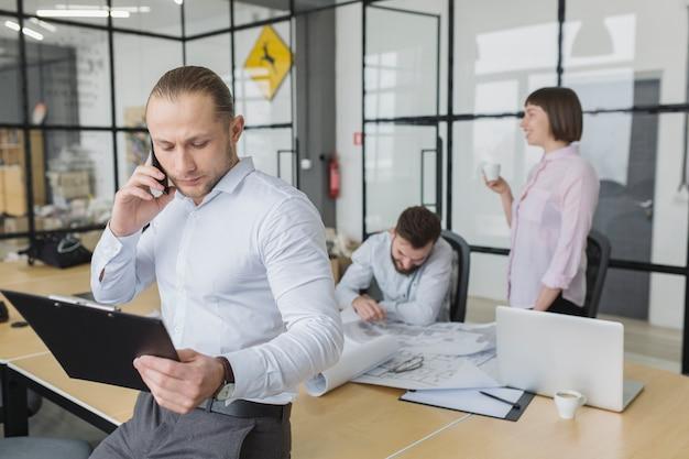 Pessoas negócio, em, escritório