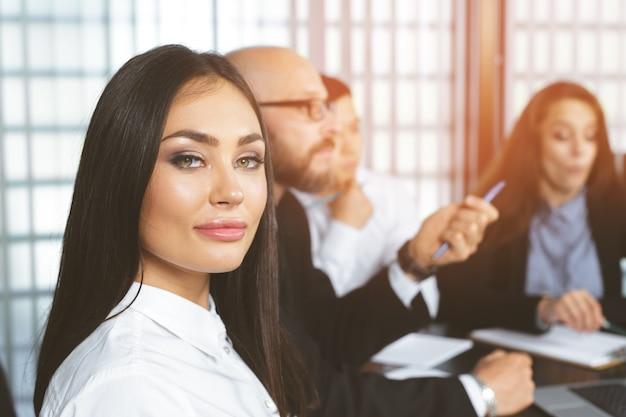 Pessoas negócio, em, modernos, escritório