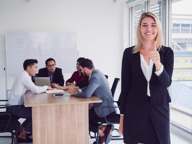 Pessoas negócio, em, quarto reunião, executiva, posar, batida, cima, em, sala