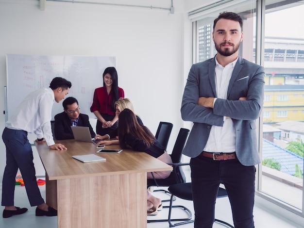 Pessoas negócio, em, quarto reunião, homem negócios, posar, cruze braço, em, sala