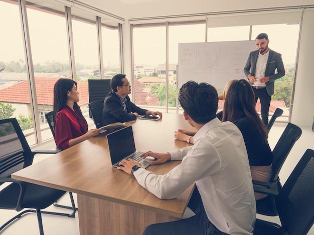 Pessoas negócio, em, sala diretoria, homem negócios, explicando, novo, negócio, idéias