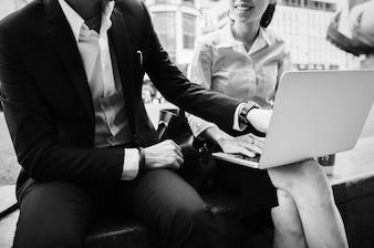 Pessoas negócio, em, um, cidade, trabalhando, junto