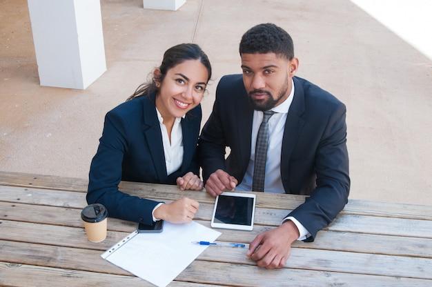Pessoas negócio, escrivaninha, com, tabuleta, documento, e, bebida