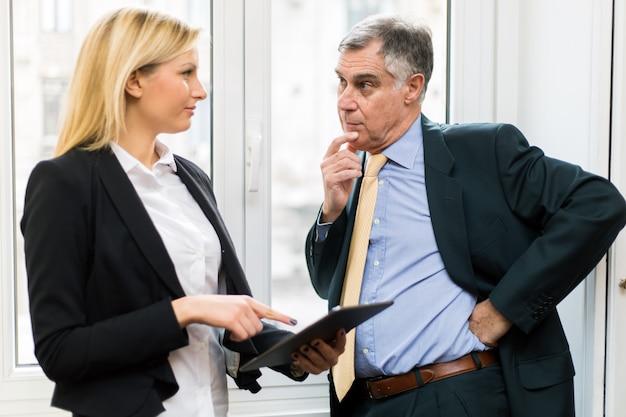 Pessoas negócio, examinando, dados, ligado, um, tablete digital