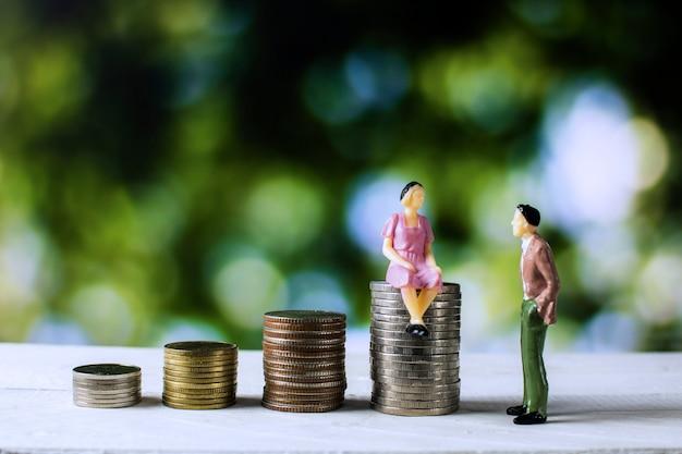 Pessoas negócio, falando, finanças, e, econômico, com, empilhado, de, moedas