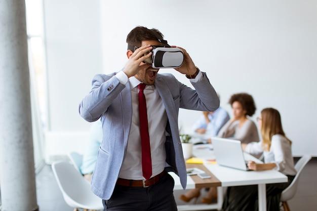Pessoas negócio, fazendo, equipe, treinamento, exercício, durante, equipe, predios, seminário, usando, vr, óculos