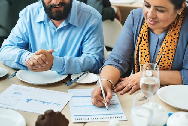Pessoas negócio, jantando, em, um, restaurante
