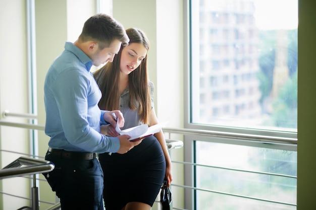 Pessoas negócio, lendo um documento, junto