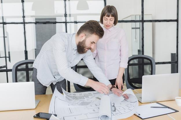 Pessoas negócio, olhar, planos, em, escritório