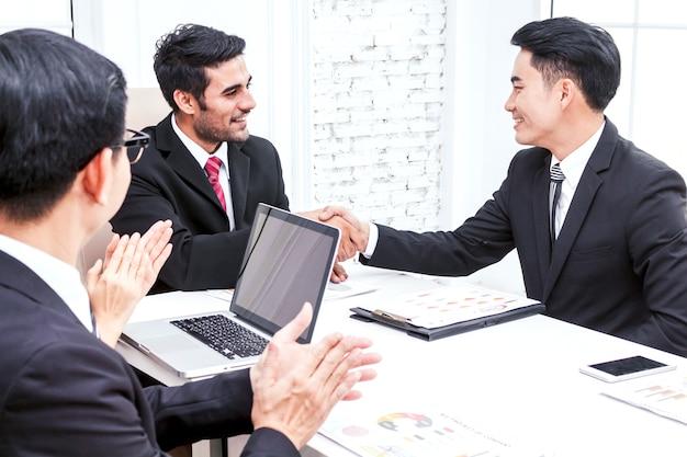Pessoas negócio, palmas mãos, em, a, reunião