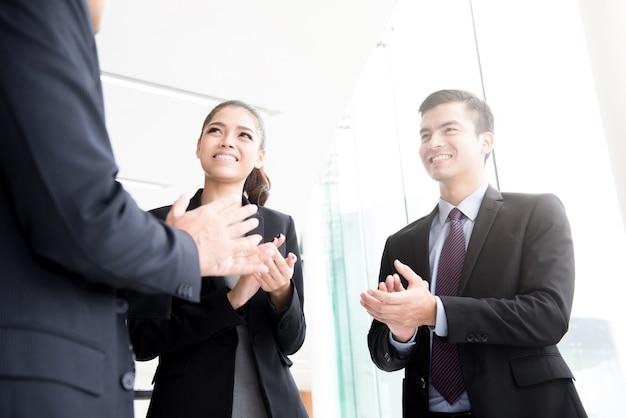 Pessoas negócio, palmas, suas mãos, em, corredor edifício