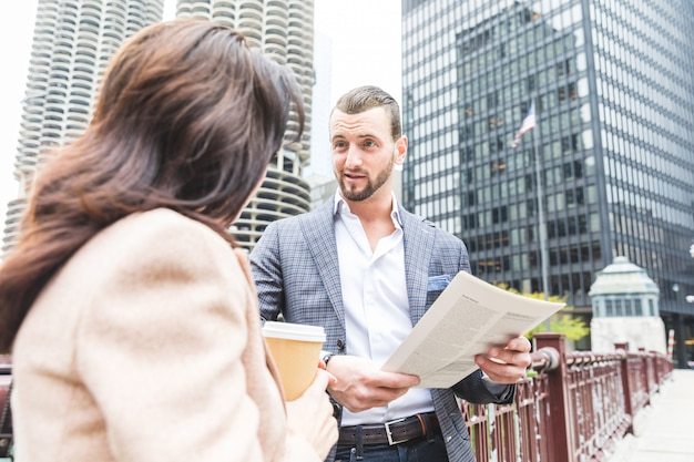 Pessoas negócio, reunião, e, falando, durante, coffee-break, em, chicago