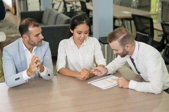 Pessoas negócio, reunião, e, trabalhando, junto, em, escritório