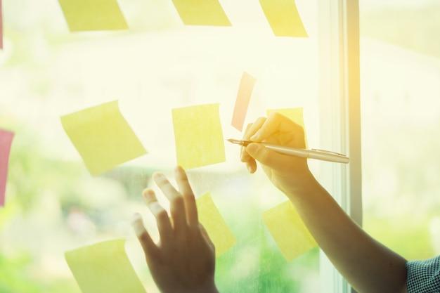 Pessoas negócio, reunião, em, escritório, e, uso, poste notas, compartilhar, idéia