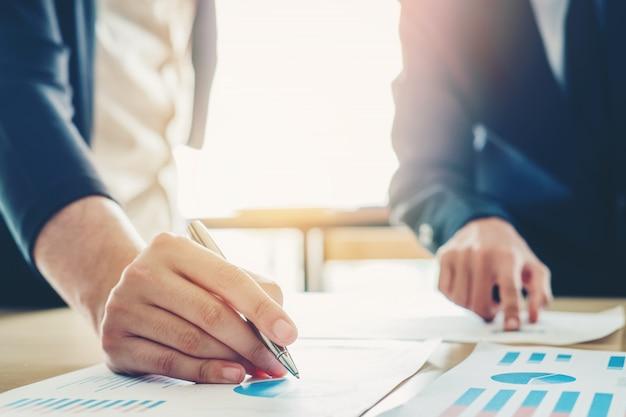 Pessoas negócio, reunião, planejando, estratégia, análise, conceito, ligado, futuro, planos, para, colegas