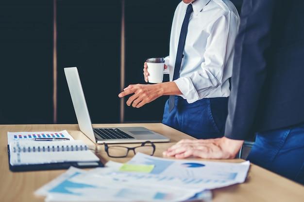 Pessoas negócio, reunião, planejando, estratégia, análise, conceito, ligado, futuro, planos