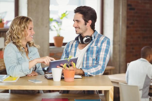 Pessoas negócio, segurando, tablete digital, enquanto, discutir, em, escritório