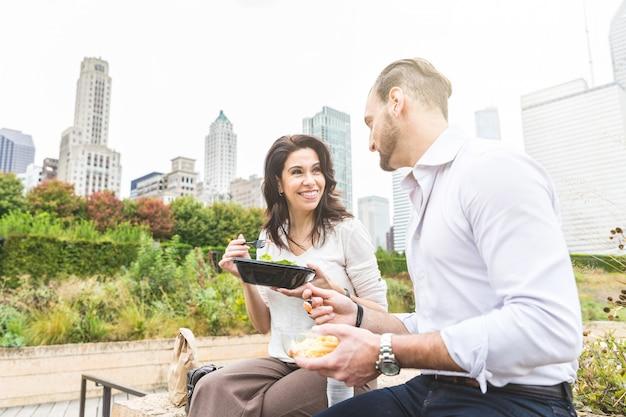 Pessoas negócio, tendo almoço, em, parque, em, chicago